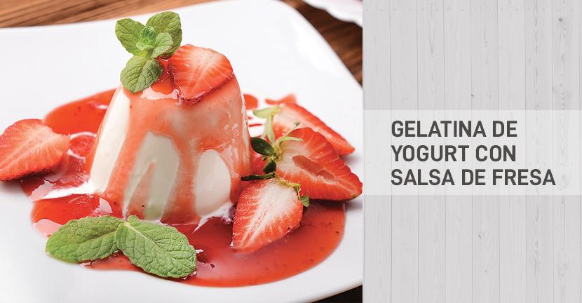 Imagen de la receta Gelatina de yogurt  con salsa de fresa